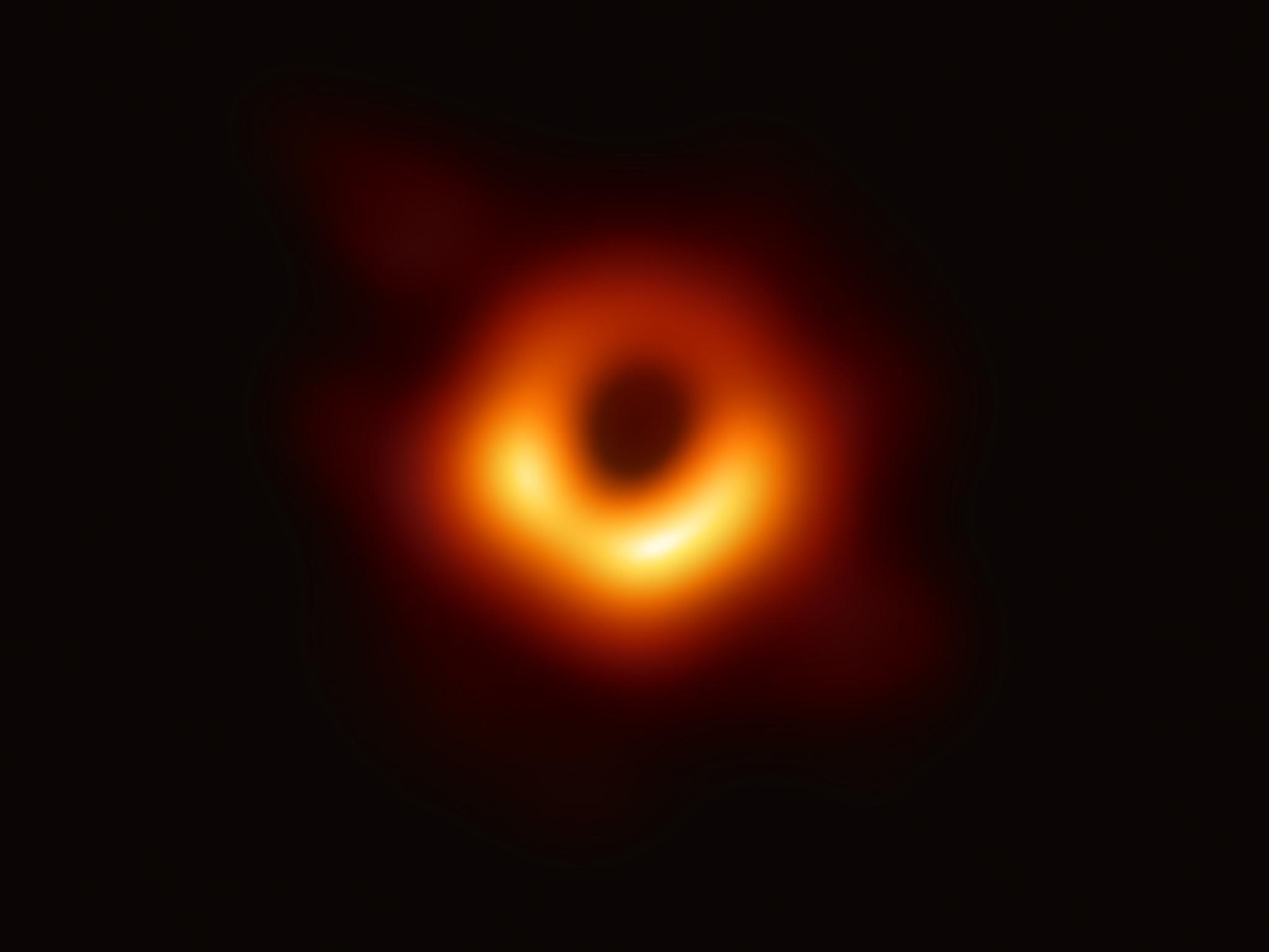 Le prime immagini di un buco nero, segui in diretta streaming l'evento