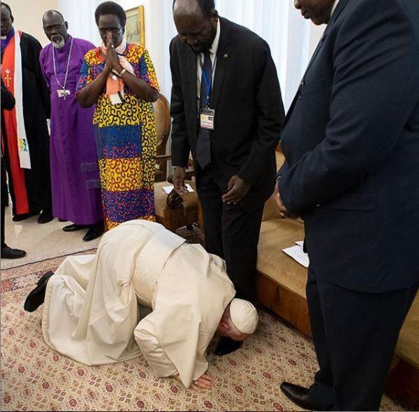 Bergoglio in ginocchio bacia i piedi ai leader del Sud Sudan