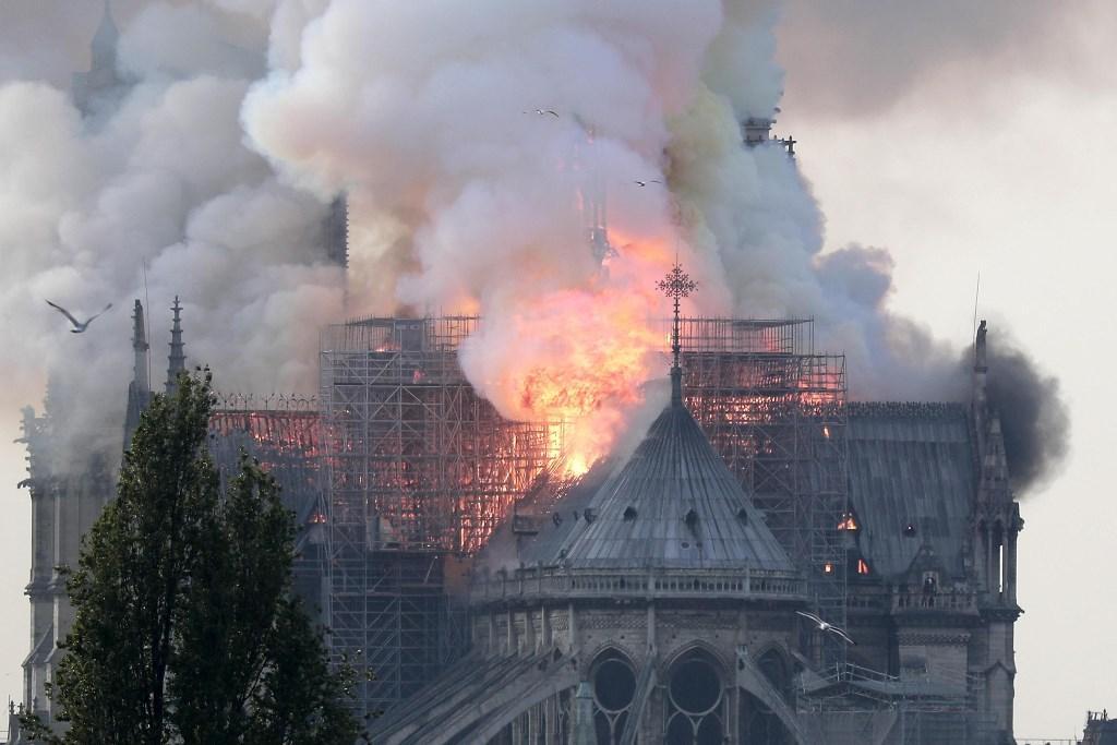 Parigi, a fuoco cattedrale Notre Dame