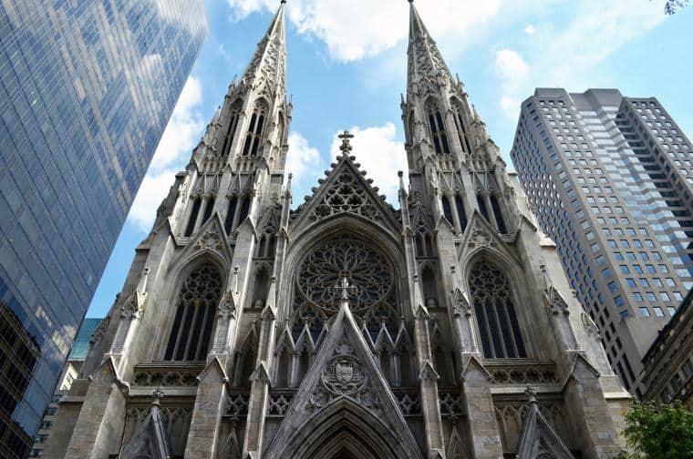 New York, benzina nella cattedrale