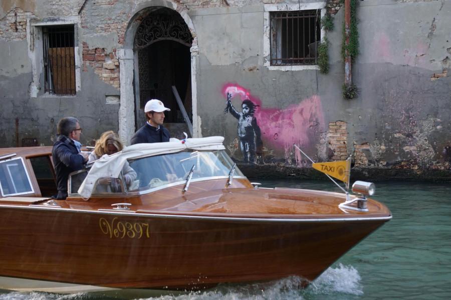 Il blitz di Banksy a Venezia, che si finge un ambulante