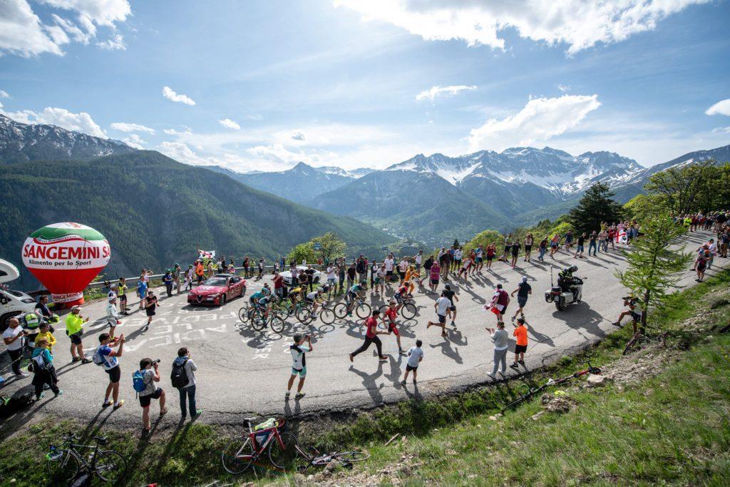 Giro d'Italia, Richard Carapaz conquista la Saint-Vincent-Courmayeur e la Maglia Rosa