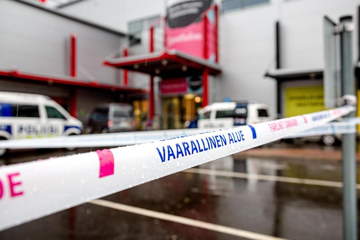 Assalto in un centro commerciale: un morto e nove feriti