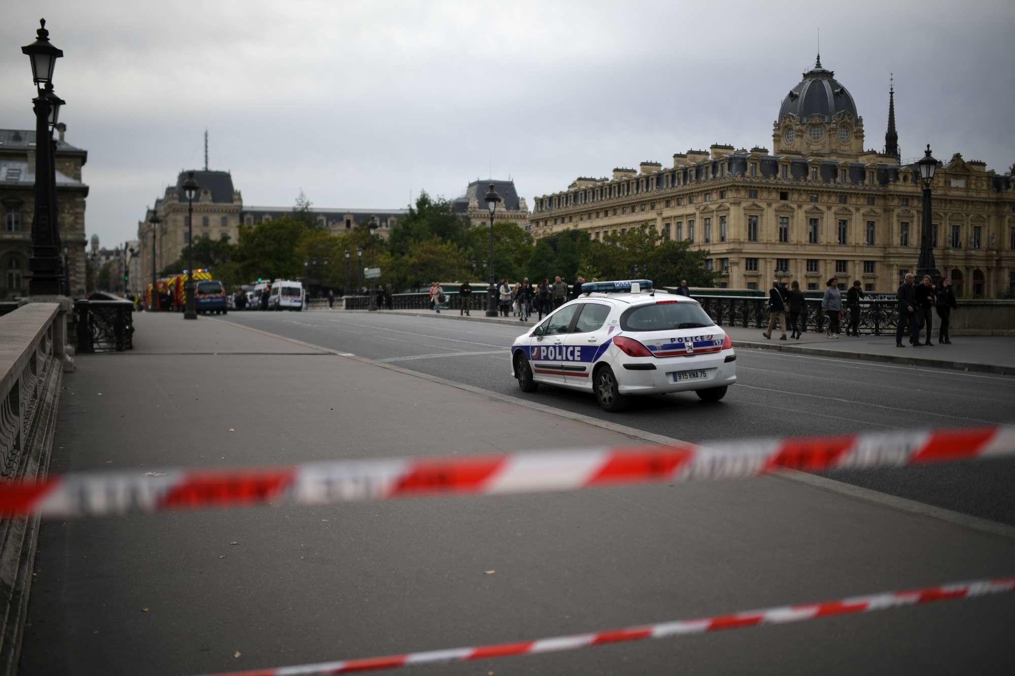 Parigi, attacco al commissariato: cinque morti