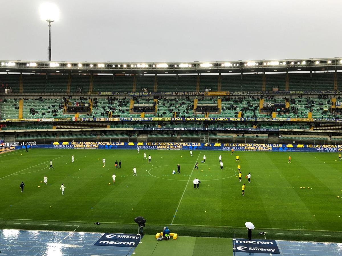 Verona - Brescia, cori razzisti: Balotelli lancia la palla sugli spalti