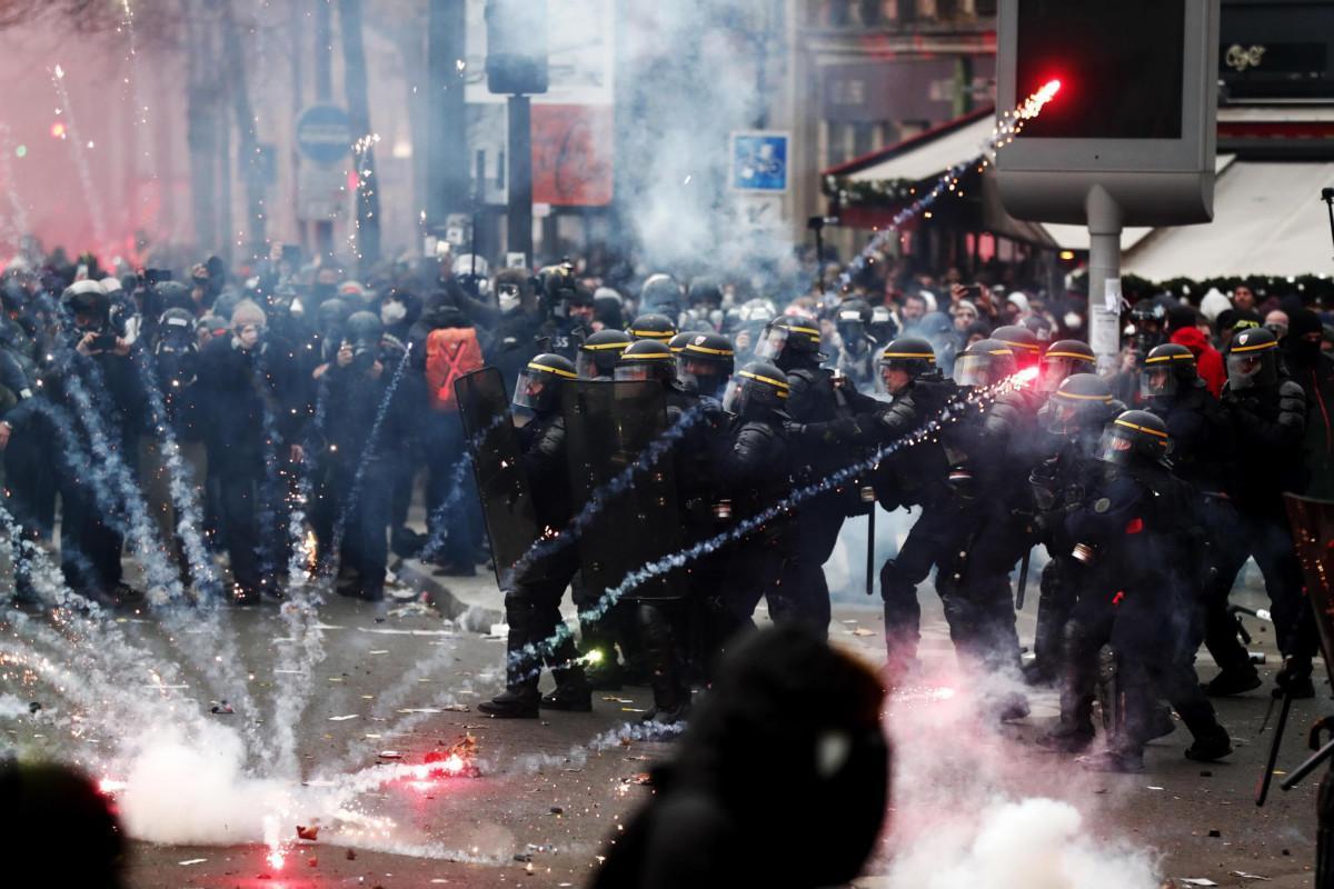 Francia in piazza contro la riforma delle pensioni, scontri a Parigi