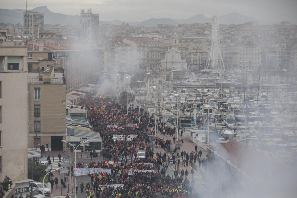 Francesi in piazza contro la riforma delle pensioni