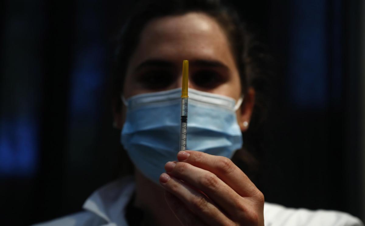 Napoli, vaccino AstraZeneca ai caregiver: è rischio furbetti