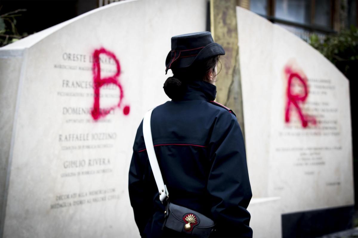 Il volantino delle Brigate Rosse e il monumento di via Fani a Roma imbrattato