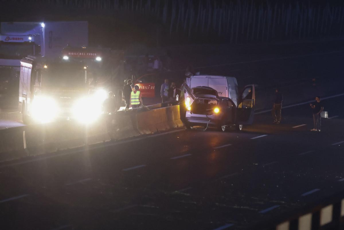 Assalto a portavalori, tir a fuoco: chiodi e spari in autostrada